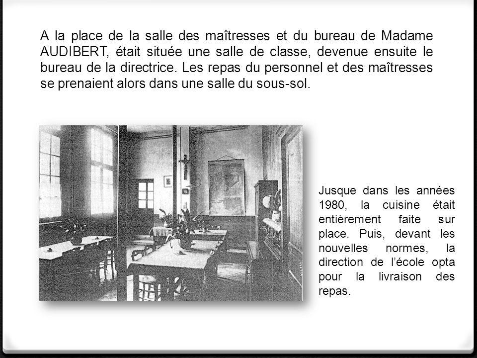 A la place de la salle des maîtresses et du bureau de Madame AUDIBERT, était située une salle de classe, devenue ensuite le bureau de la directrice.