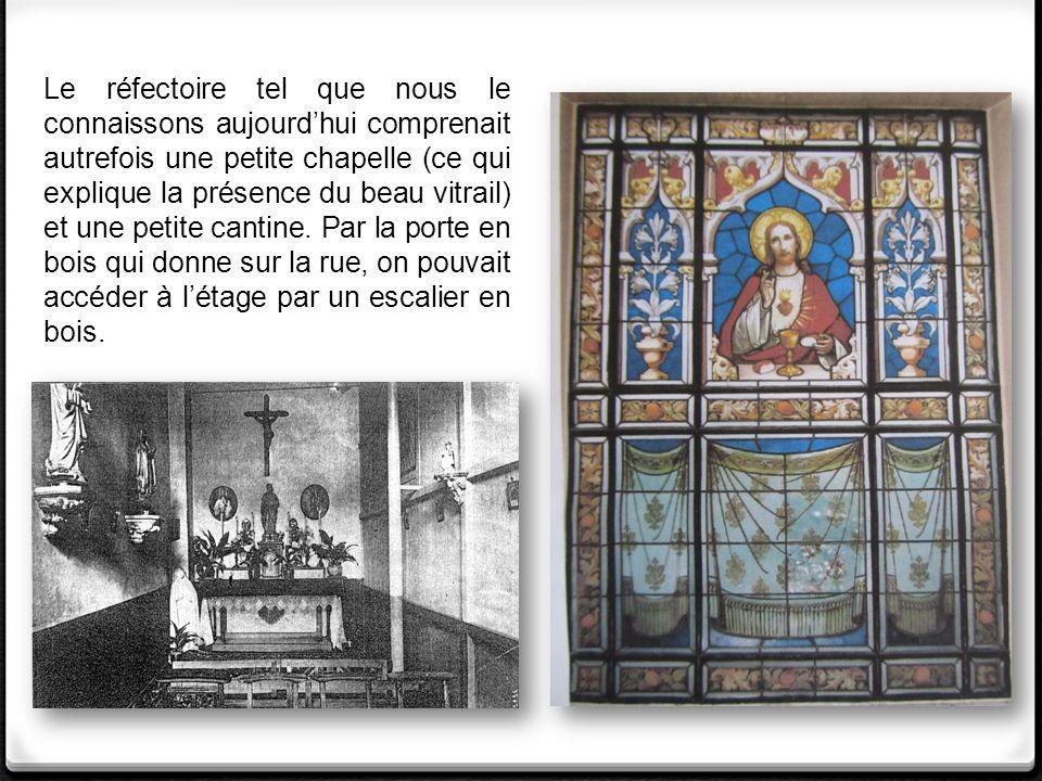 Le réfectoire tel que nous le connaissons aujourdhui comprenait autrefois une petite chapelle (ce qui explique la présence du beau vitrail) et une petite cantine.
