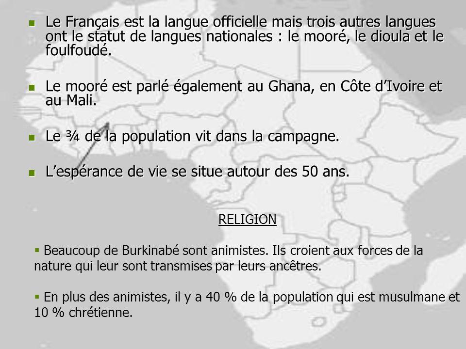 Le Français est la langue officielle mais trois autres langues ont le statut de langues nationales : le mooré, le dioula et le foulfoudé. Le Français