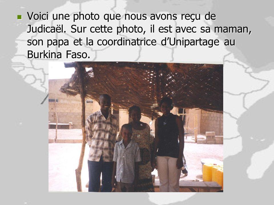 Voici une photo que nous avons reçu de Judicaël. Sur cette photo, il est avec sa maman, son papa et la coordinatrice dUnipartage au Burkina Faso. Voic