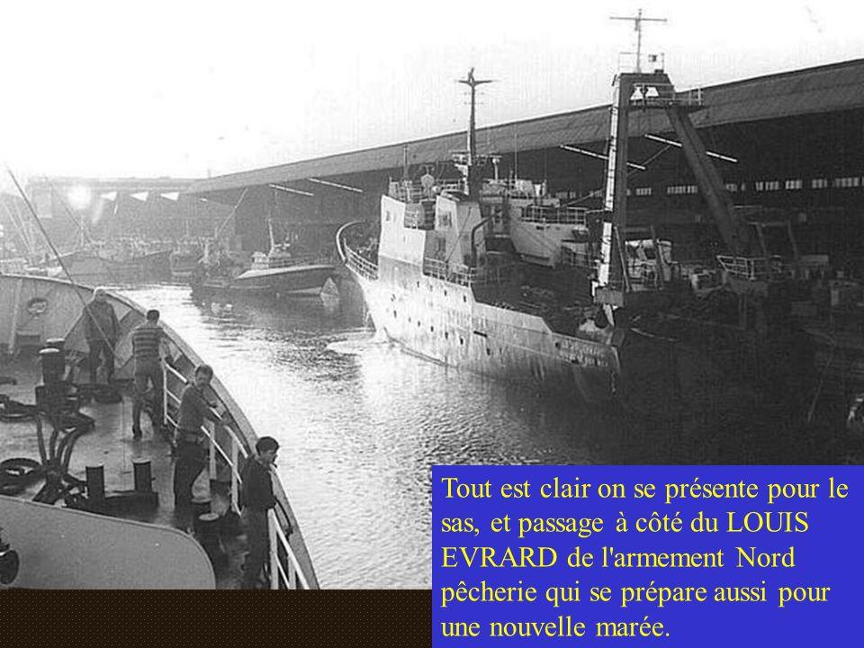 Tout est clair on se présente pour le sas, et passage à côté du LOUIS EVRARD de l armement Nord pêcherie qui se prépare aussi pour une nouvelle marée.