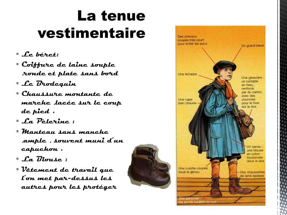 Les garçons portaient un béret, un pantalon court, une blouse noire ou grise, des galoches avec une semelle en bois et des clous en dessous des chauss