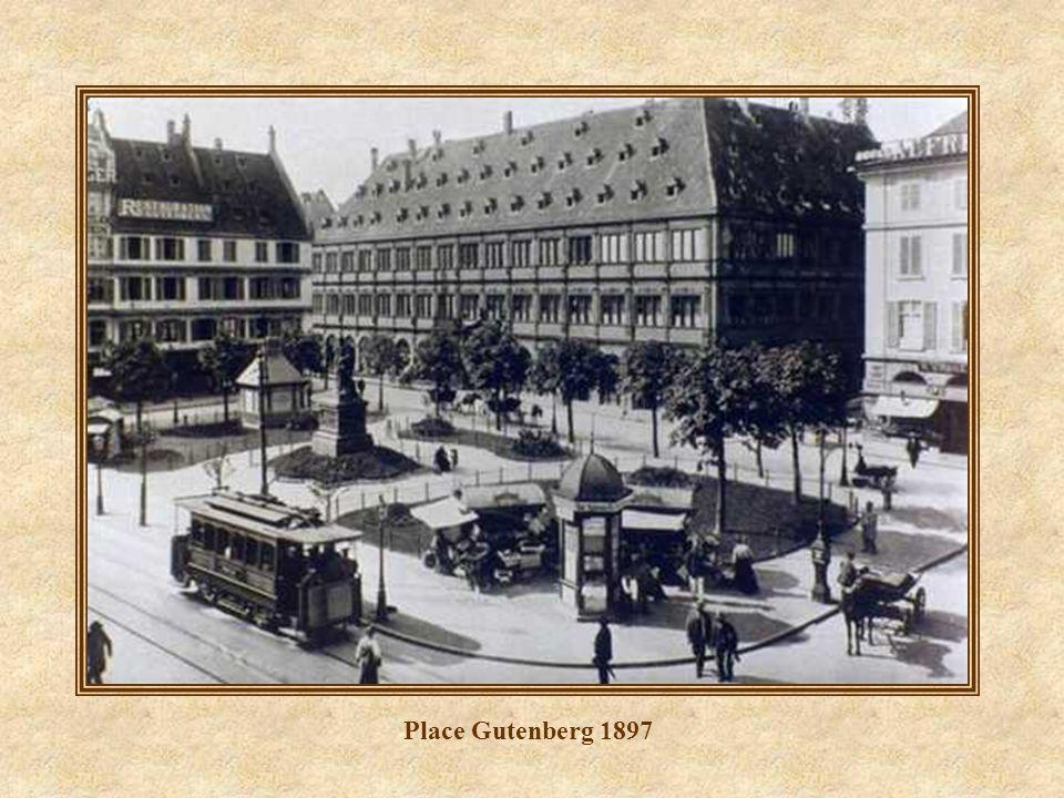 Place Kléber - Défilé du 12 ème Régiment des Cuirassiers le 26 novembre 1944