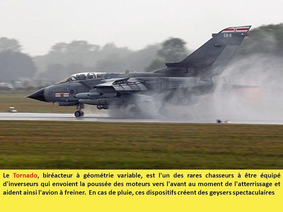 Le Tornado, biréacteur à géométrie variable, est l'un des rares chasseurs à être équipé d'inverseurs qui envoient la poussée des moteurs vers l'avant