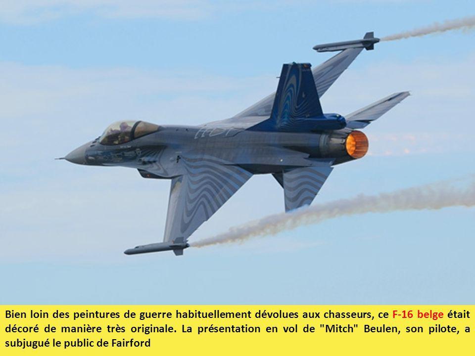Bien loin des peintures de guerre habituellement dévolues aux chasseurs, ce F-16 belge était décoré de manière très originale. La présentation en vol