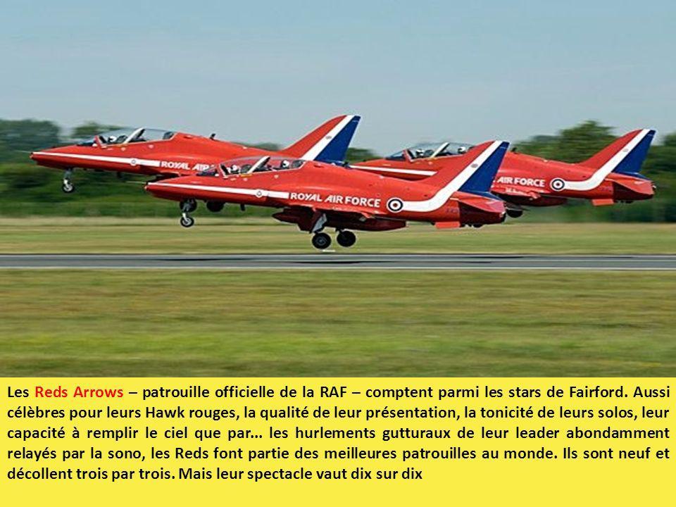 Les Reds Arrows – patrouille officielle de la RAF – comptent parmi les stars de Fairford. Aussi célèbres pour leurs Hawk rouges, la qualité de leur pr