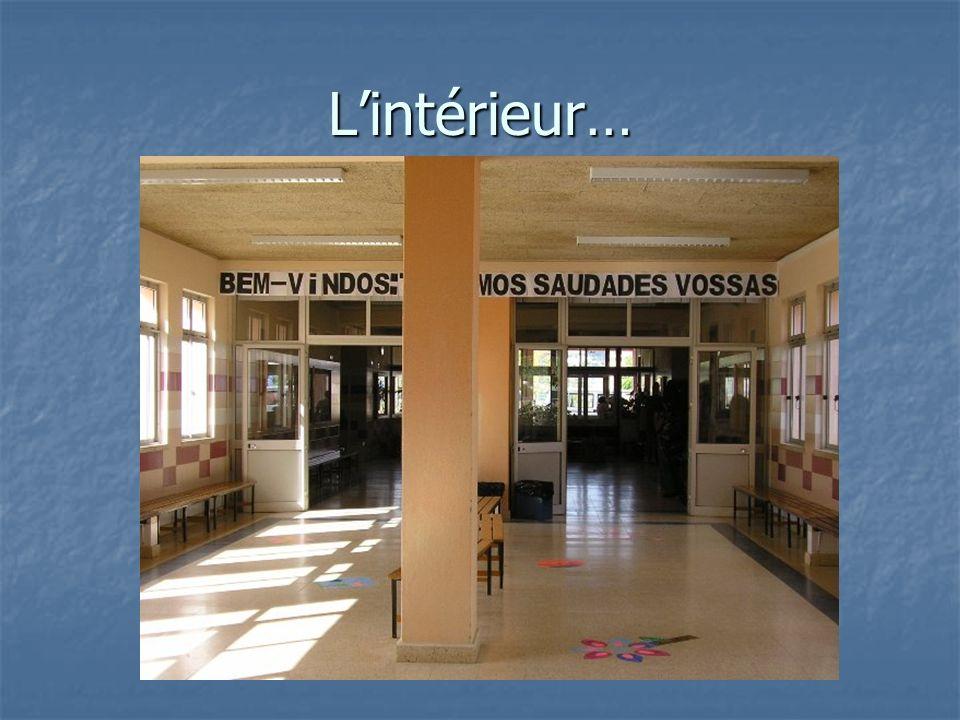 Langues enseignées dans notre école Langlais est la première langue enseignée Langlais est la première langue enseignée Le français est la deuxième Le français est la deuxième Les assistants enseignent leurs langues maternelles Les assistants enseignent leurs langues maternelles