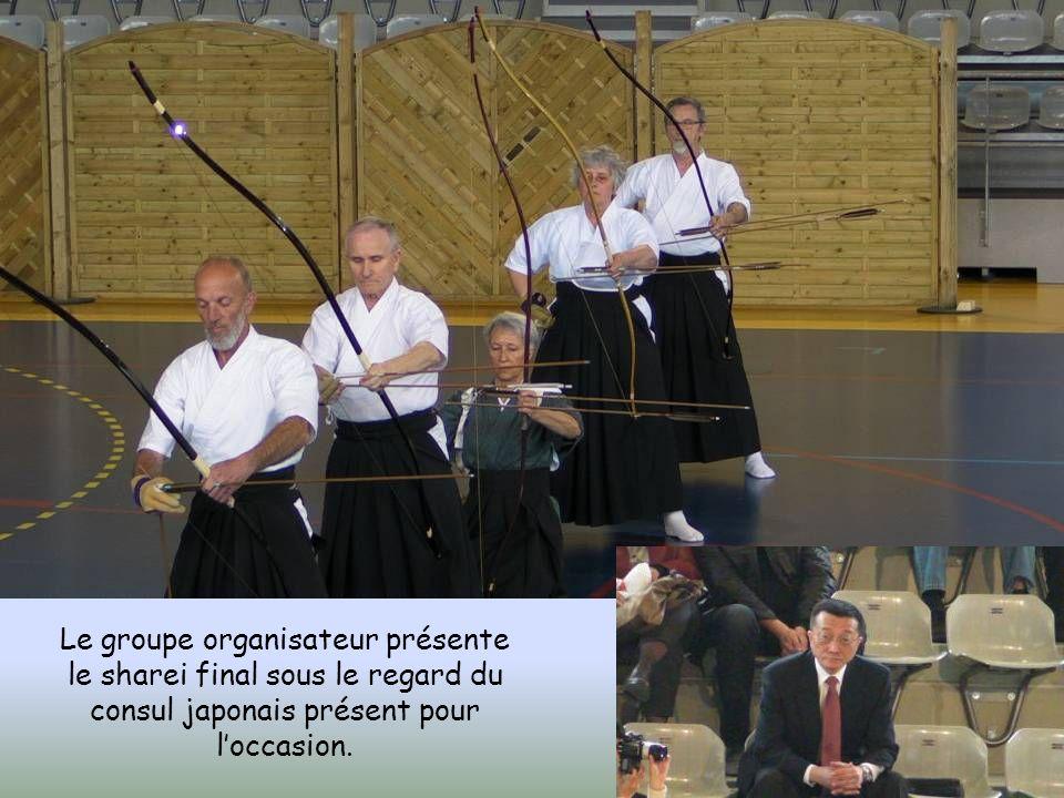 Le groupe organisateur présente le sharei final sous le regard du consul japonais présent pour loccasion.