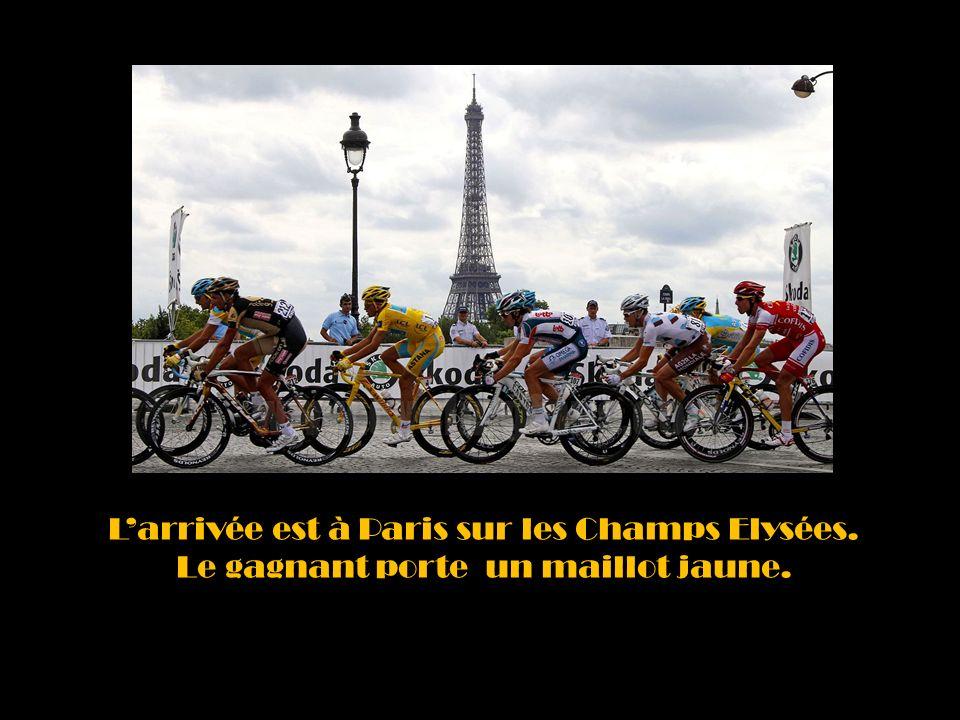 Larrivée est à Paris sur les Champs Elysées. Le gagnant porte un maillot jaune.