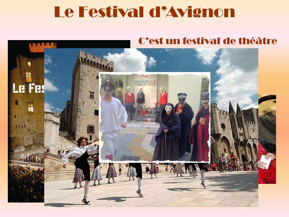 Il a lieu chaque été en juillet dans la cour dhonneur du Palais des Papes à Avignon.