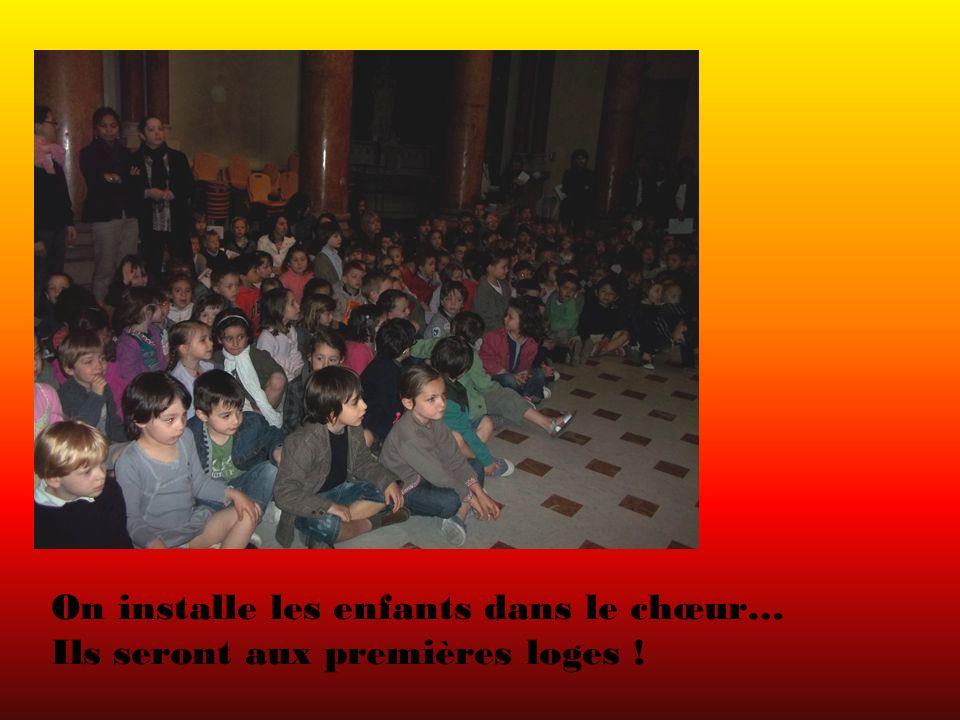On installe les enfants dans le chœur… Ils seront aux premières loges !