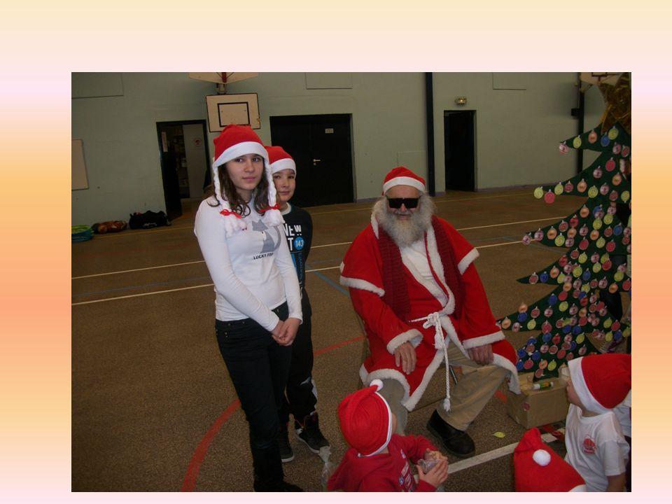Père Noël est fier du sapin décoré par les enfants