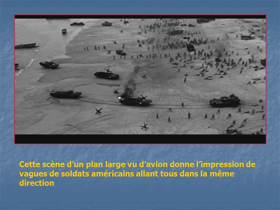 Cette scène dun plan large vu davion donne limpression de vagues de soldats américains allant tous dans la même direction