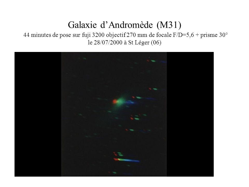 Galaxie dAndromède (M31) 44 minutes de pose sur fuji 3200 objectif 270 mm de focale F/D=5,6 + prisme 30° le 28/07/2000 à St Léger (06)