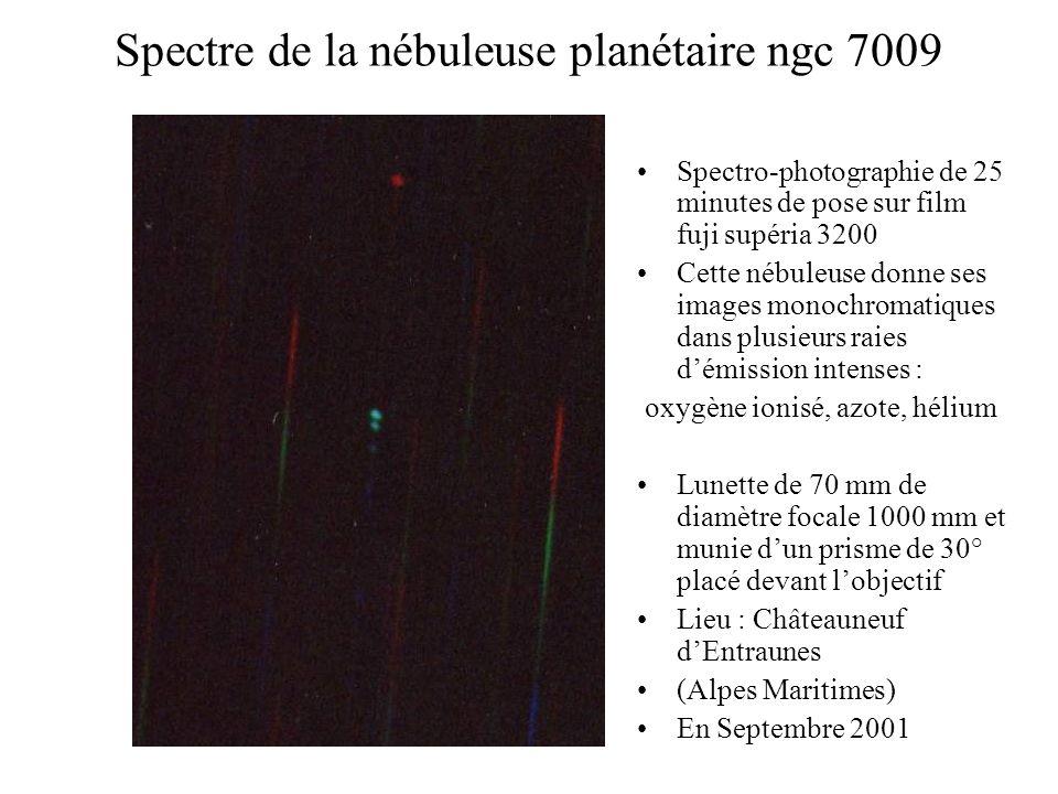 Spectre de la nébuleuse planétaire ngc 7009 Spectro-photographie de 25 minutes de pose sur film fuji supéria 3200 Cette nébuleuse donne ses images mon
