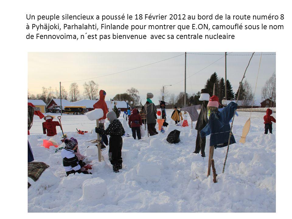 Un peuple silencieux a poussé le 18 Février 2012 au bord de la route numéro 8 à Pyhäjoki, Parhalahti, Finlande pour montrer que E.ON, camouflé sous le
