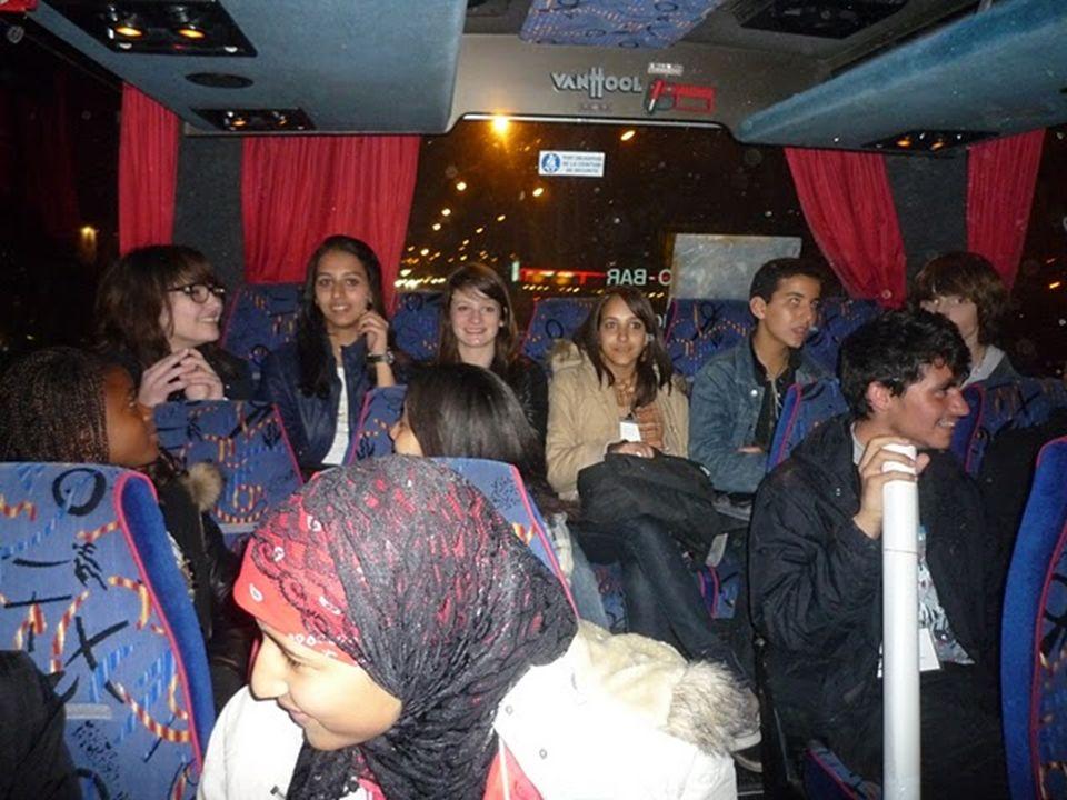 Après avoir pris contact avec leurs correspondants, nous prenons le bus qui nous conduit dans létablissement partenaire, lInstitut du Sacré-Cœur, où nous attendent les parents.