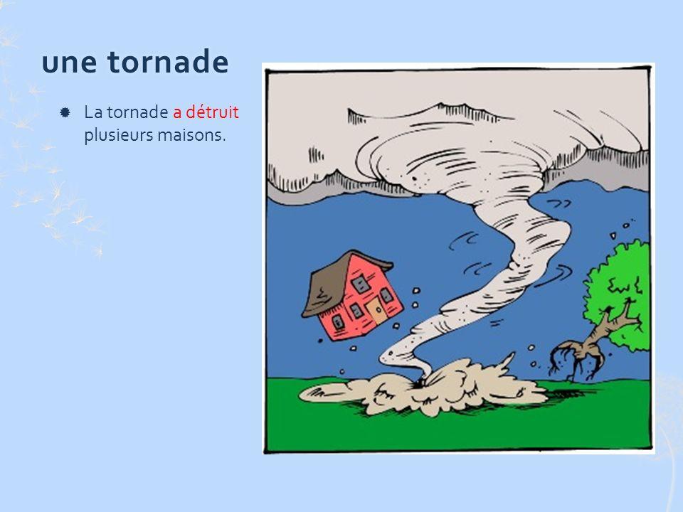 une tornadeune tornade La tornade a détruit plusieurs maisons.