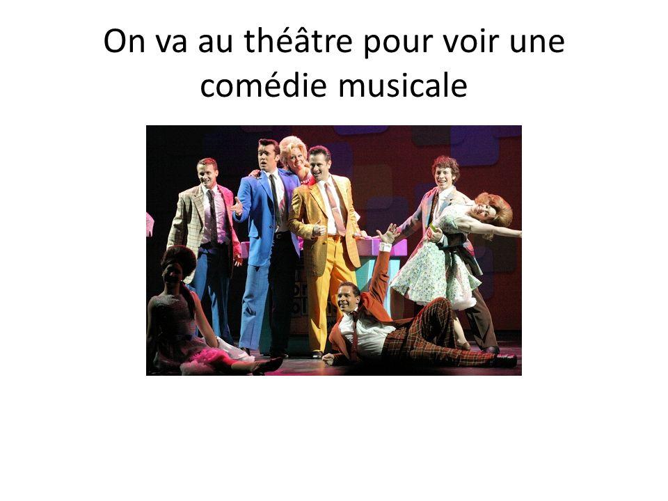 On va au théâtre pour voir une comédie musicale