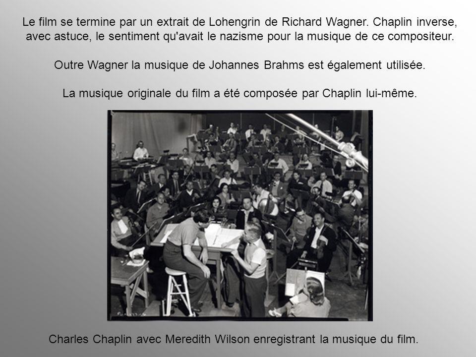 Chaplin décida de changer la fin du film pendant le tournage en supprimant une scène où des centaines de soldats nazis jettent leurs armes et particip