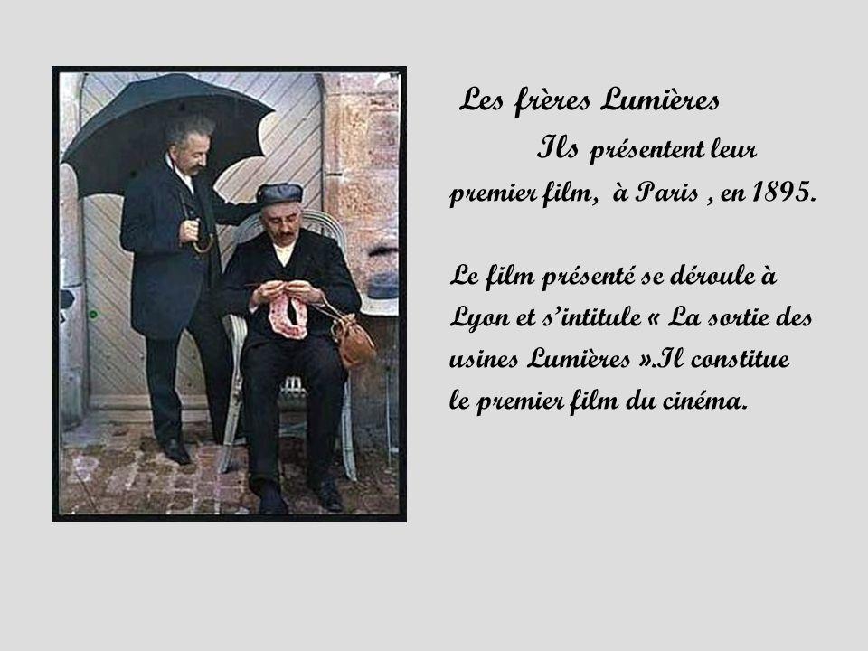 Les frères Lumières Ils présentent leur premier film, à Paris, en 1895. Le film présenté se déroule à Lyon et sintitule « La sortie des usines Lumière