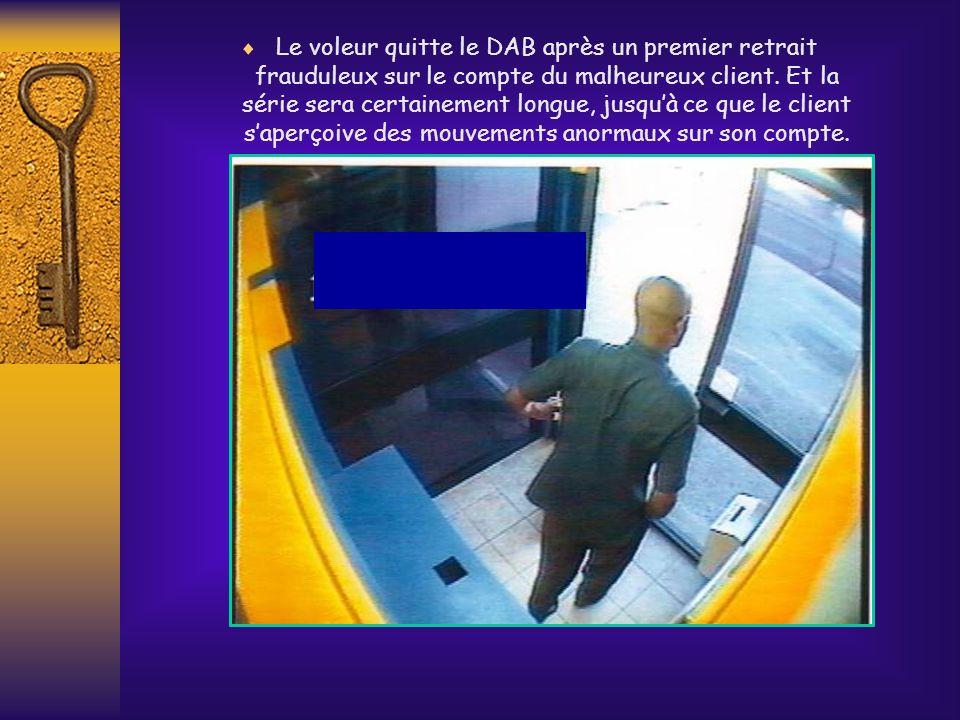 Une fois le client éloigné, le voleur revient récupérer la CB. Et ainsi il a et la carte et le code PIN que le client lui avait communiqué pendant la