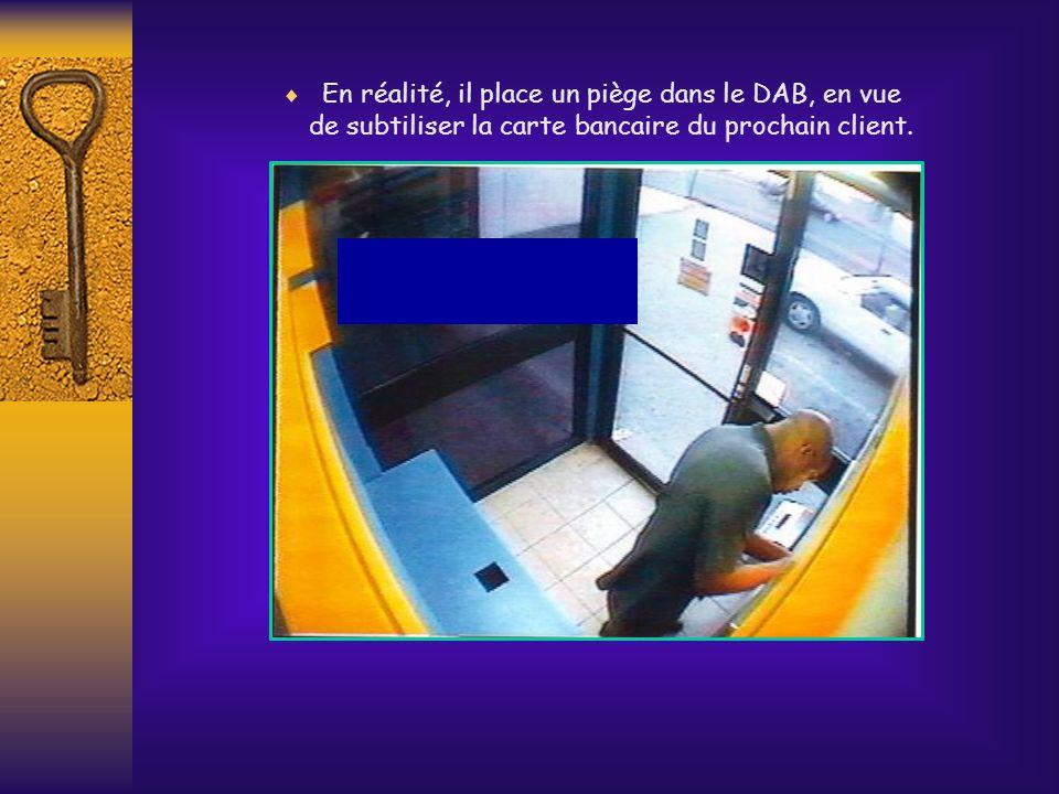 Sur cette première diapo, on aperçoit un individu apparemment occupé à retirer de largent dun distributeur automatique de billets (DAB).
