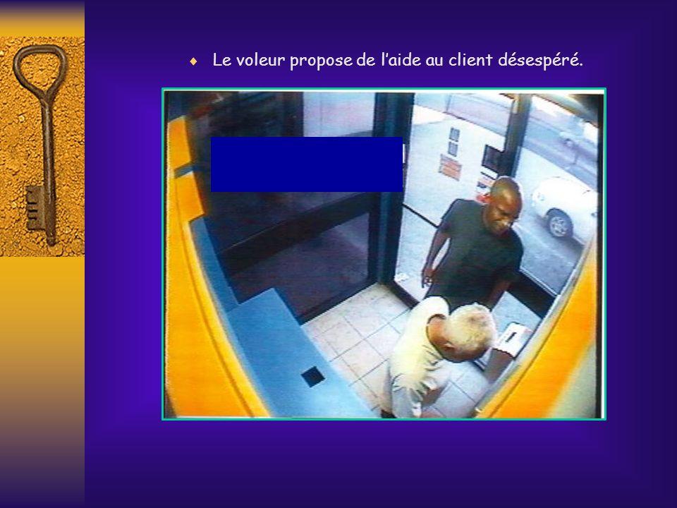 . Le voleur arrive La carte est coincée dans le distributeur. Le client est désemparé et ne sait quoi faire.