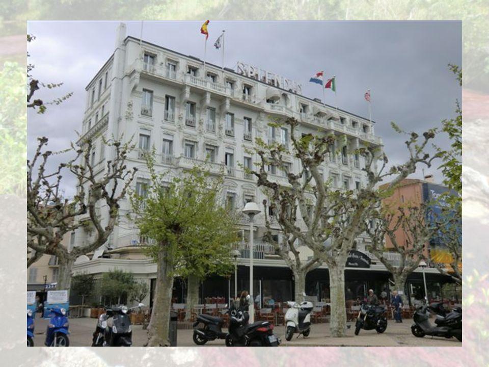 La Croisette est un boulevard de Cannes longeant la baie et pourvu d'une large promenade piétonne à l'abri des pins bordant la plage de sable. Aménagé