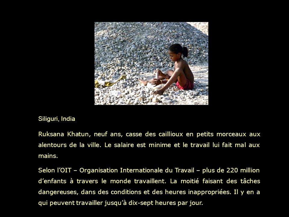 Siliguri, India Ruksana Khatun, neuf ans, casse des caillioux en petits morceaux aux alentours de la ville.