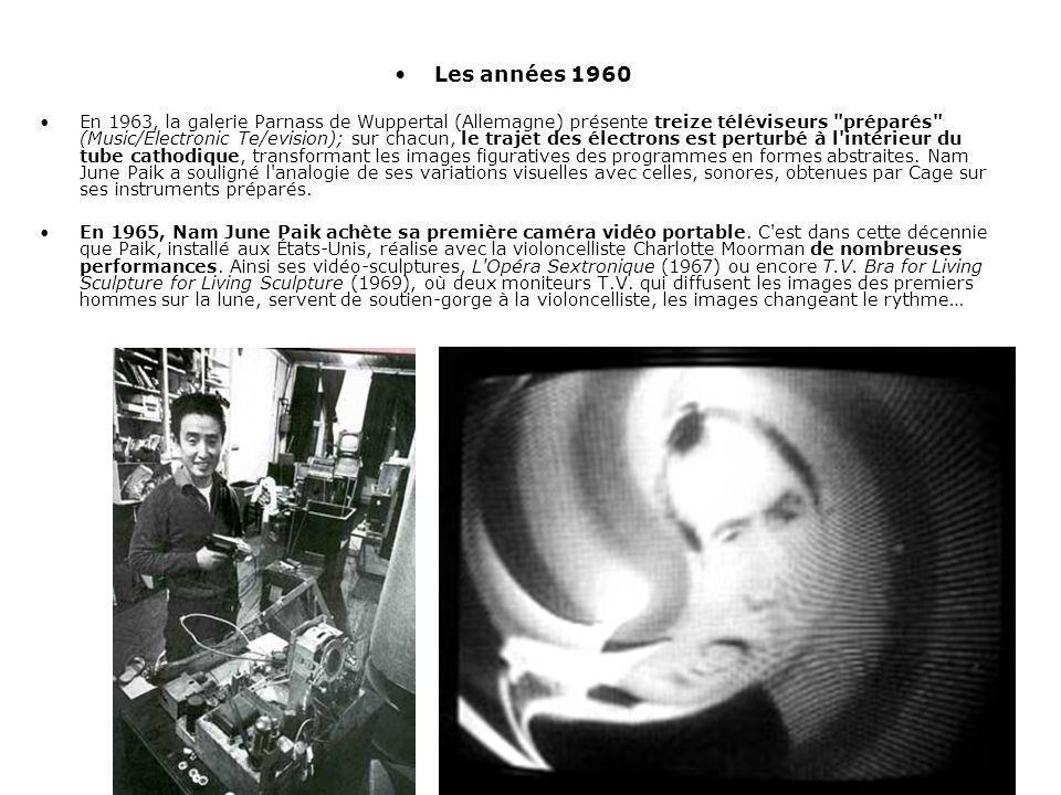 Les années 1960 En 1963, la galerie Parnass de Wuppertal (Allemagne) présente treize téléviseurs préparés (Music/Electronic Te/evision); sur chacun, le trajet des électrons est perturbé à l intérieur du tube cathodique, transformant les images figuratives des programmes en formes abstraites.