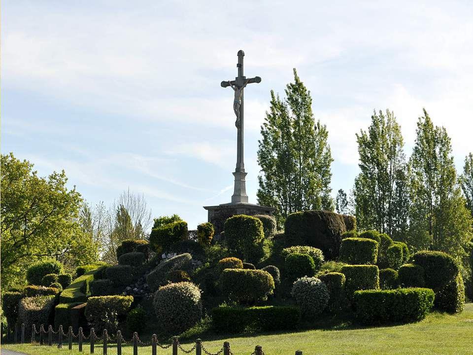 J'aime cette photo, présentant ensemble le plan d'eau, la croix et le clocher. Et je vous présente mieux le calvaire sur la diapositive suivante pour