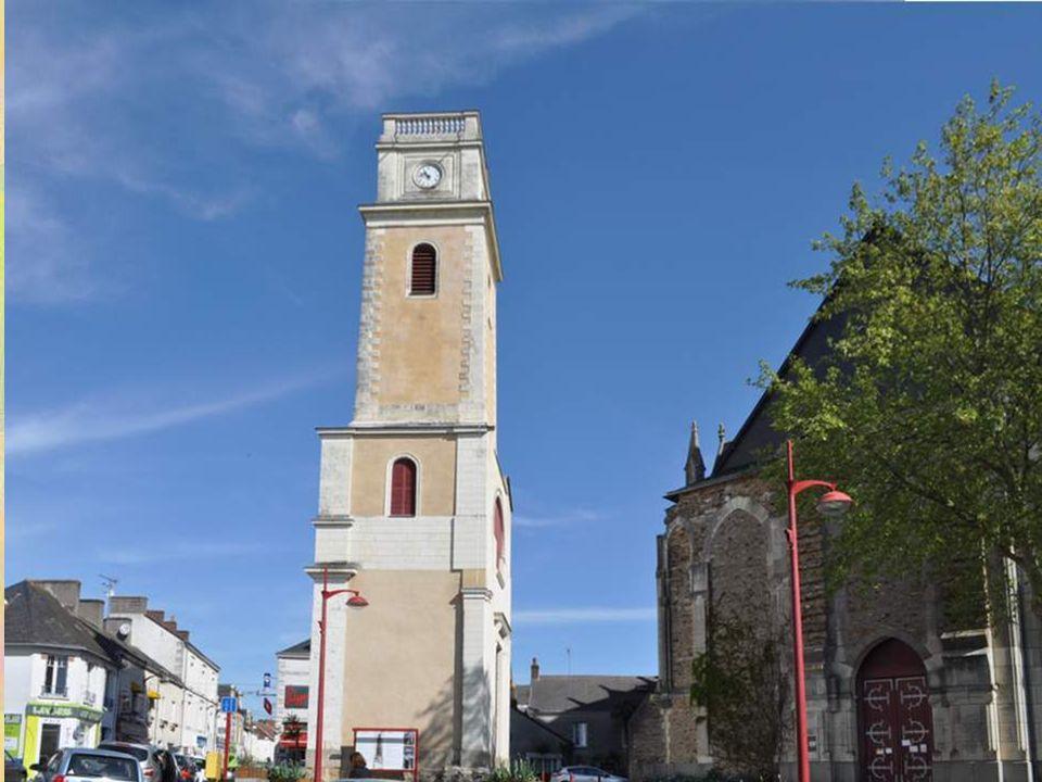 Le clocher que l'on voit actuellement à une dizaine de mè- tres de l'église actuelle est celui de l'ancienne église, et date de 1841-1832. C'était une