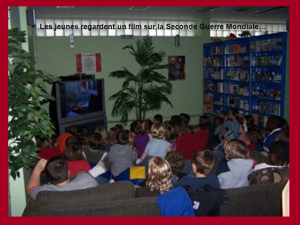 Les jeunes regardent un film sur la Seconde Guerre Mondiale…
