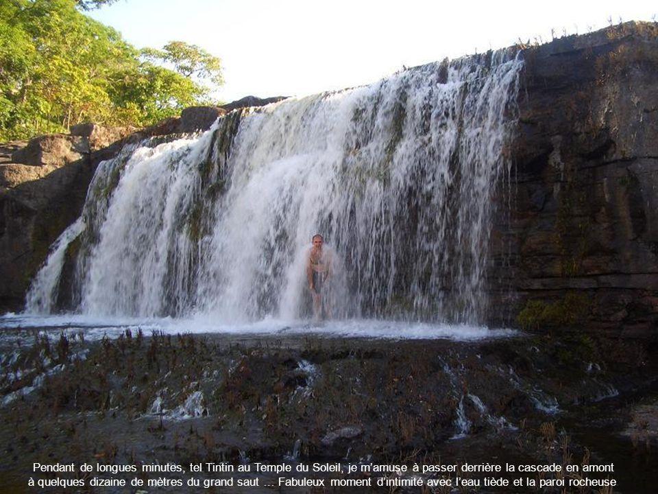 Pendant de longues minutes, tel Tintin au Temple du Soleil, je mamuse à passer derrière la cascade en amont à quelques dizaine de mètres du grand saut