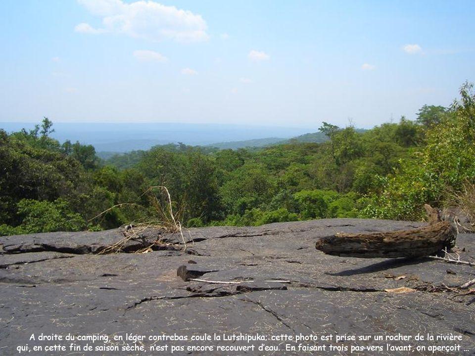 A droite du camping, en léger contrebas coule la Lutshipuka; cette photo est prise sur un rocher de la rivière qui, en cette fin de saison sèche, nest