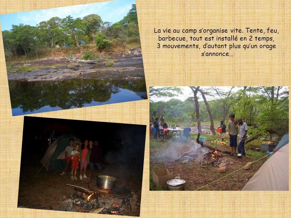 La vie au camp sorganise vite. Tente, feu, barbecue, tout est installé en 2 temps, 3 mouvements, dautant plus quun orage sannonce…