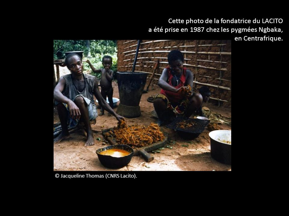 © Jacqueline Thomas (CNRS Lacito). Cette photo de la fondatrice du LACITO a été prise en 1987 chez les pygmées Ngbaka, en Centrafrique.