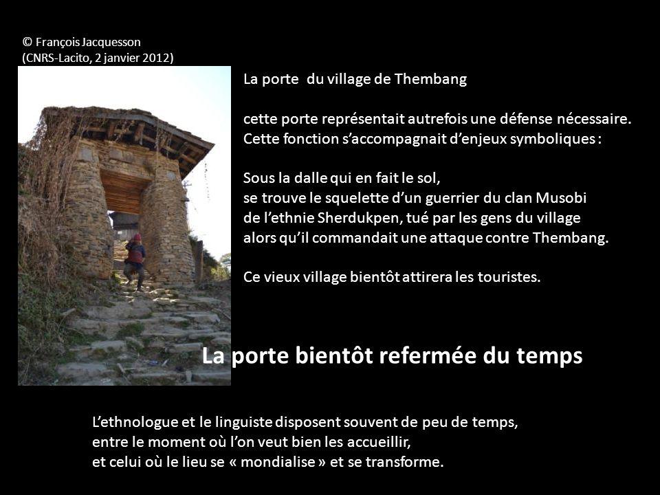 La porte du village de Thembang cette porte représentait autrefois une défense nécessaire. Cette fonction saccompagnait denjeux symboliques : Sous la