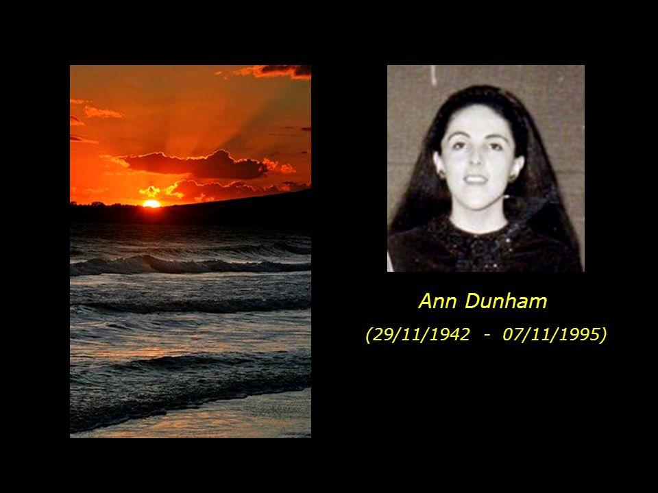 Répondant à son désir et celui de sa famille ainsi que quelques amis, on a jeté à la mer ses cendres dans une plage de Hawaï de locéan Pacifique.