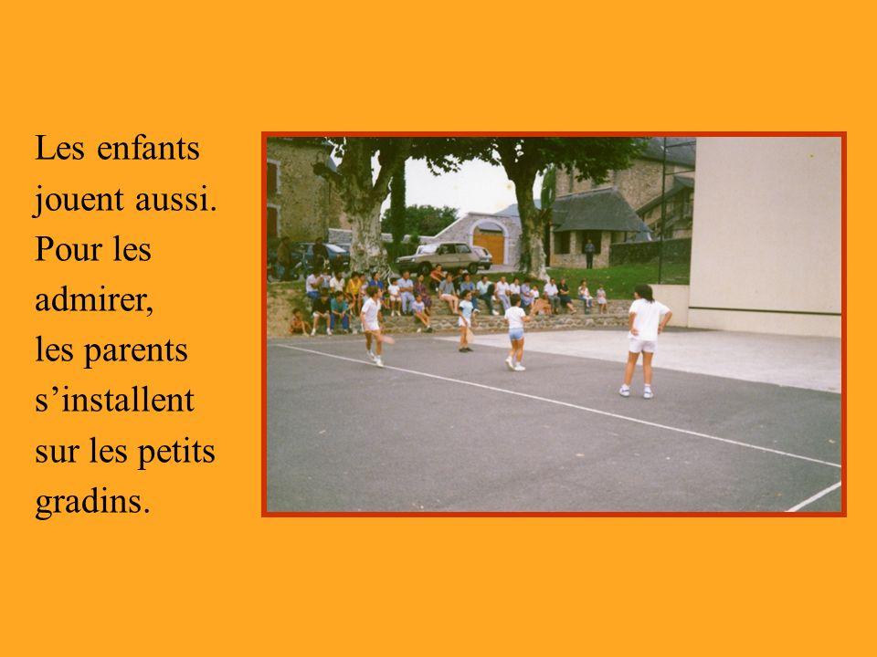 Les enfants jouent aussi. Pour les admirer, les parents sinstallent sur les petits gradins.