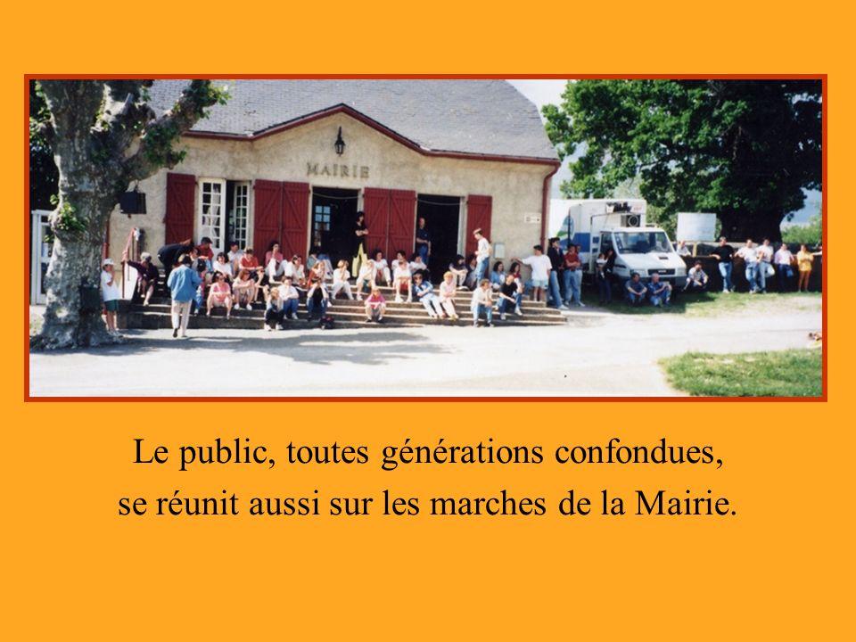 Le public, toutes générations confondues, se réunit aussi sur les marches de la Mairie.