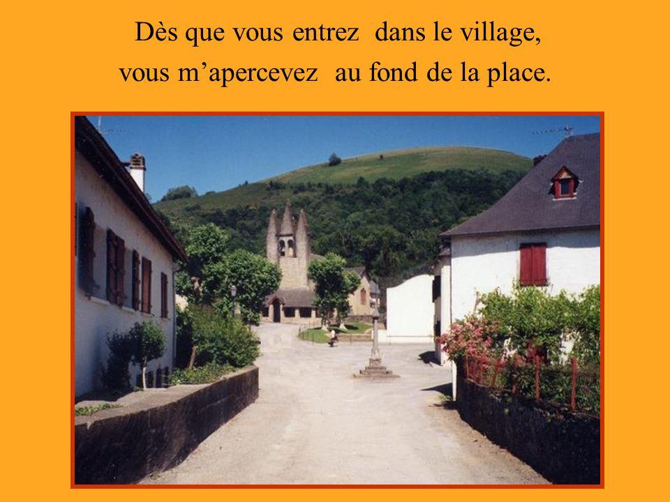 Dès que vous entrez dans le village, vous mapercevez au fond de la place.