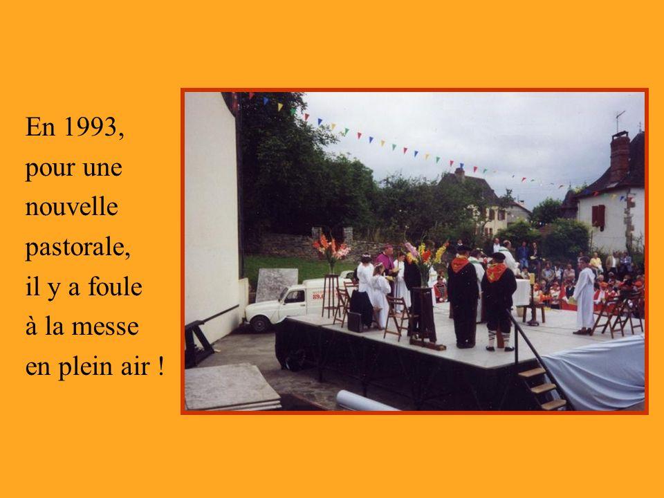 En 1993, pour une nouvelle pastorale, il y a foule à la messe en plein air !