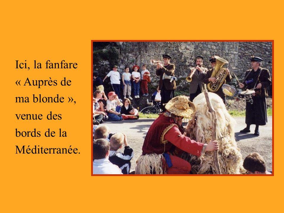 Ici, la fanfare « Auprès de ma blonde », venue des bords de la Méditerranée.