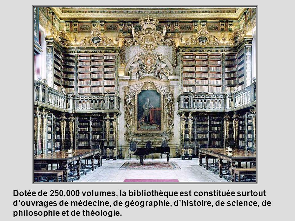Construite au 18 e siècle, la bibliothèque baroque Joanina fait partie de luniversité de Coimbre.