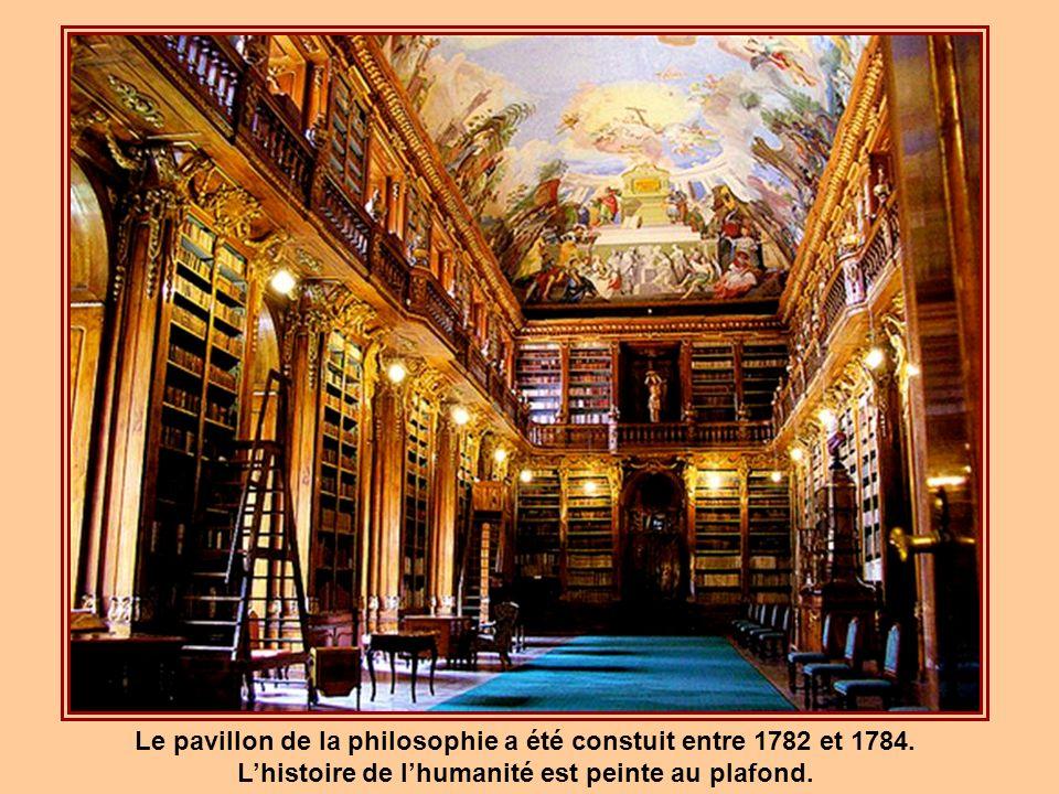 La section de la théologie a été érigée entre 1671 et 1679. Les fresques du plafond représentent la profession de libraire. Au plancher, on retrouve p