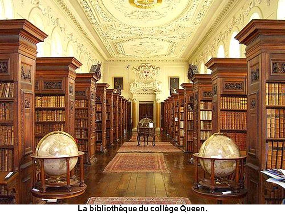 La bibliothèque et la faculté de la Divinité ont été érigées de 1427 à 1483: cest la partie la plus ancienne dOxford. Elle a servi dhôpital dans un fi