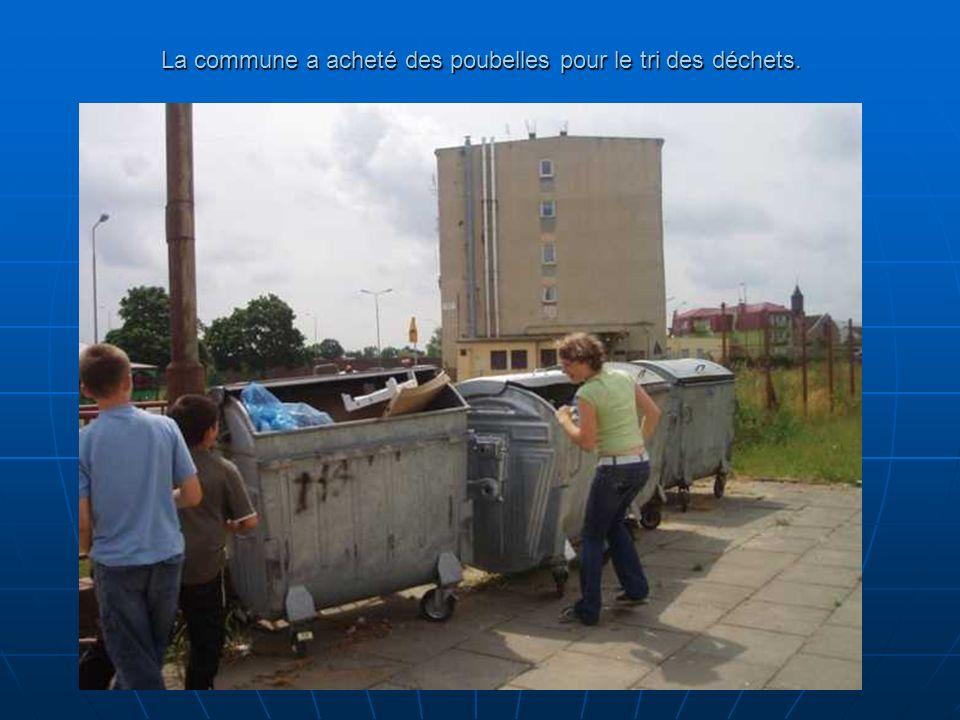 La commune a acheté des poubelles pour le tri des déchets.