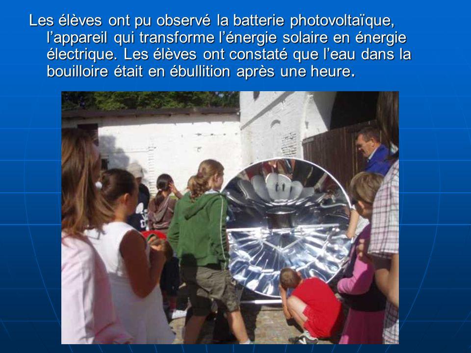 Les élèves ont pu observé la batterie photovoltaïque, lappareil qui transforme lénergie solaire en énergie électrique.